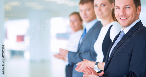 Photo Portrait of businesspeople applauding while in a meeting at office