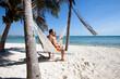 couple assis dans un hamac sur une belle plage
