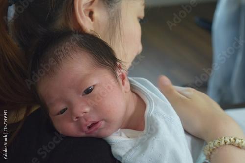 Valokuva  授乳後、赤ちゃんにげっぷさせるママ 生後14日