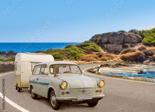 Fotografie, Tablou oldtimer mit wohnwagen am strand