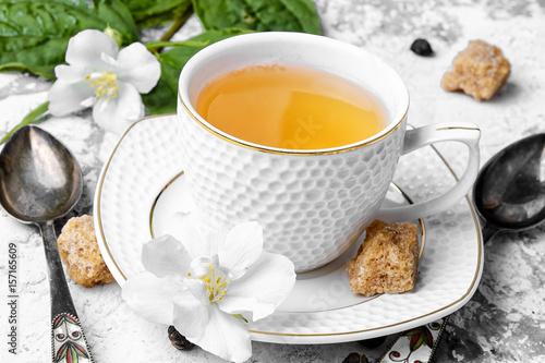 chinska-zielona-herbata-z-jasminem-w-gustownej-filizance