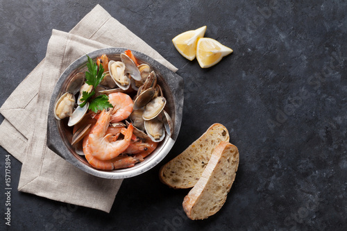 Poster Coquillage Fresh seafood bowl on stone table. Scallops and shrimps