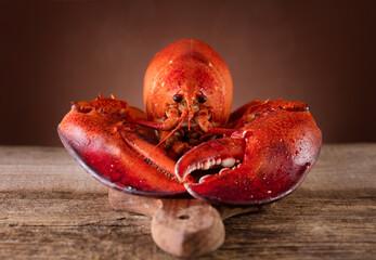 Czerwony homar na tnącej desce na drewnianym tle