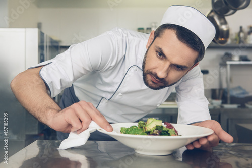 Fotografía  Man japanese restaurant chef cooking in the kitchen