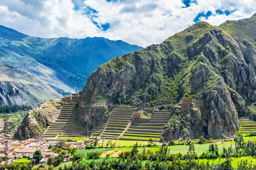 Photo  Inca Fortress with Terraces and Temple Hill in Ollantaytambo, Peru