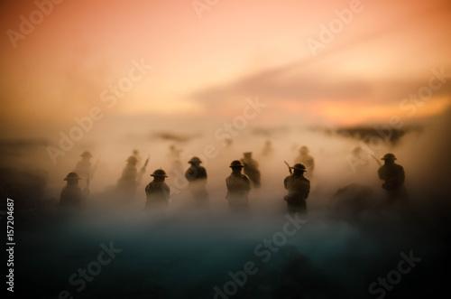 Koncepcja wojny. Militarne sylwetki walczy scenę na wojennym mgły nieba tle, wojny światowa żołnierzy sylwetki Pod Chmurną linią horyzontu Przy nocą. Scena ataku. Pojazdy opancerzone. Bitwa czołgów