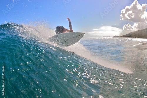 Plakat Moorea - Surf na fali jest w pełnym rozkwicie.