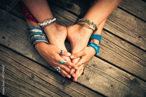 Fotografía  boho summer bracelets anklets rings on girl feet and hands outdoor