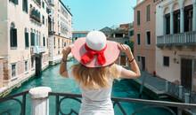 Venezia, Donna Con Cappello Su...