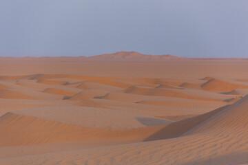 Fototapeta na wymiar tiefstehende Sonne in der Wüste