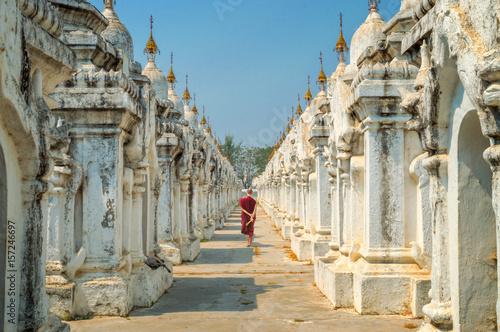Foto Monk at Kuthodaw pagoda in Mandalay, Burma Myanmar