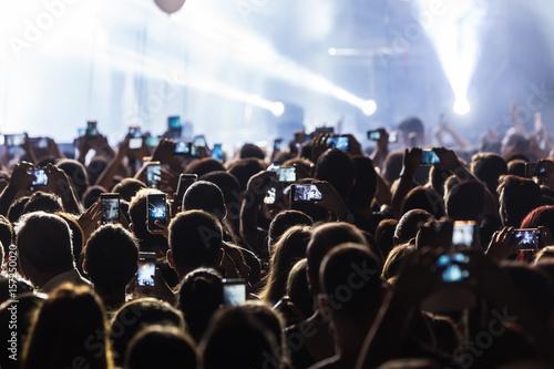 Zdjęcie XXL Ręka z smartphone nagrywa festiwal muzyki na żywo