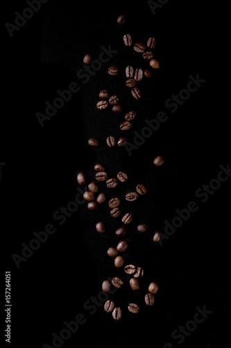 palonych-ziaren-kawy-na-czarnym-tle-isolat
