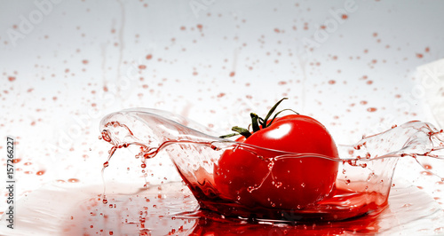 Poster Dans la glace red fruits and splash