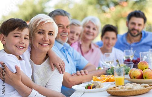Foto  Großfamilie, die draußen isst