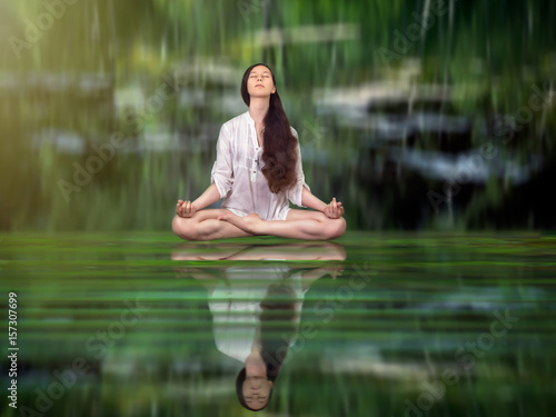Fotografía  Beautiful girl in Lotus position on the water surface