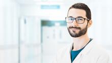 Uomo In Laboratorio Con Camice, Medico Scienziato