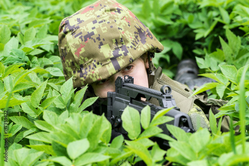Fotografía  Portrait of armed woman with camouflage