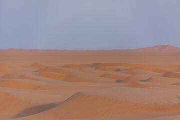 Fototapeta na wymiar Sanddünen im Oman zum Sonnenaufgang
