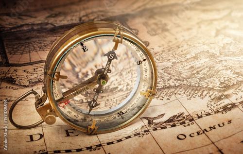 Obraz na płótnie Stary kompas na mapie