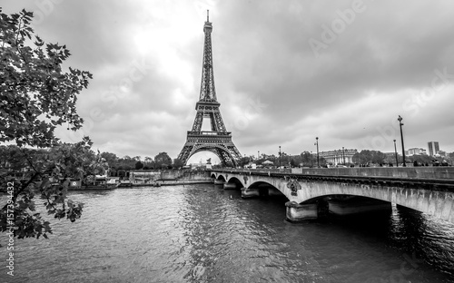 Papiers peints Paris Paris Eiffel Tower from Seine. Cityscape in black and white