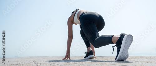 Fotografia  Young beautiful sportive girl preparing to run