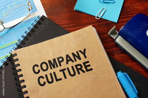 Fotografía  Book with title Company Culture in an office.