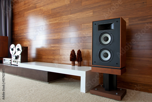 Photo Vintage audio system in minimalistic modern interior