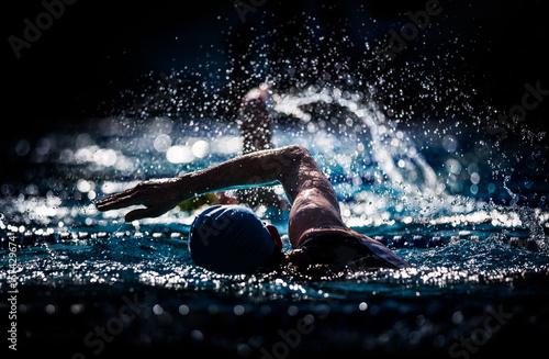 Freistilschwimmer im Gegenlicht