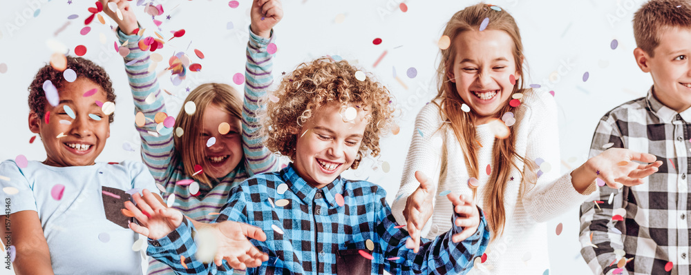 Fototapety, obrazy: Smiling kids playing with confetti