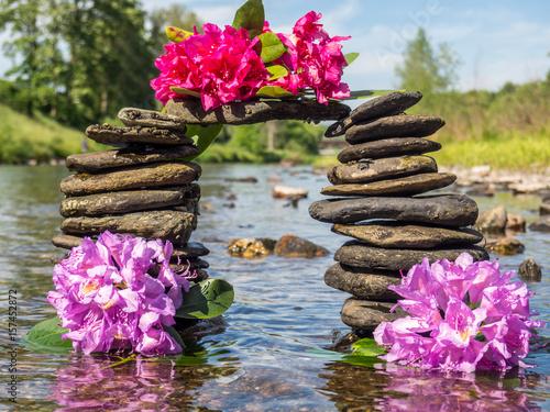 Plakat energia życia duchowego: kamienny most z kwiatami