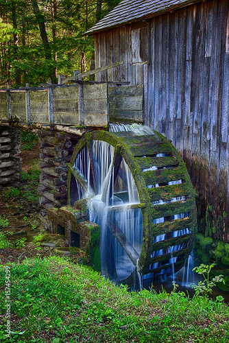 Fotografia Water still flows and still turns the wheel in the century (plus) old Cable Grist Mill in the Cades Cove section of the Great Smoky Mountains National Park