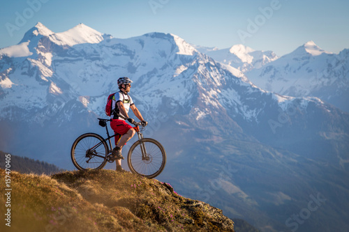 Photo Male mountainbiker enjoying the view in the mountains