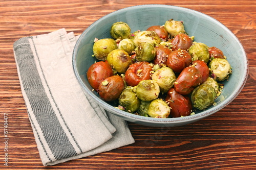 Papiers peints Bruxelles Oven baked brussels sprouts and tomatoes with pistachios