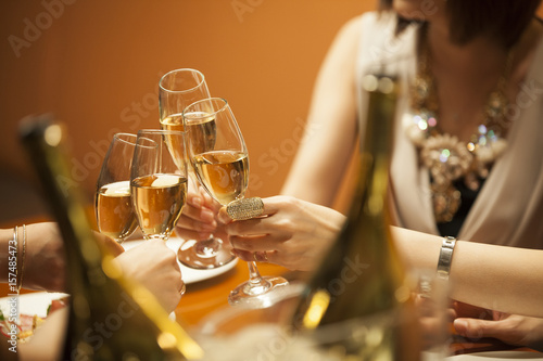 Photo  The women are drinking with a champagne at a luxurious restaurant