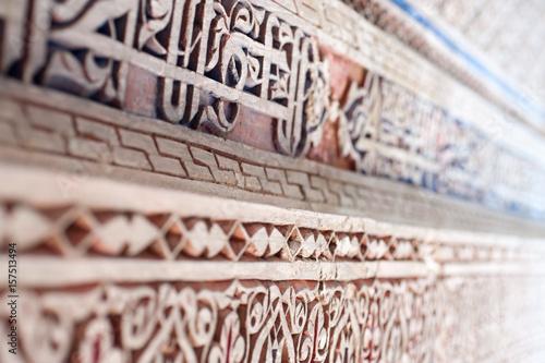 Drzwi z orientalną dekoracją.