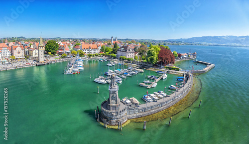 Photo Stands Port Harbor on Lake Constance with statue of lion at the entrance in Lindau, Bavaria, Germany