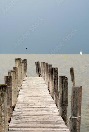 drewniany-pomost-z-widokiem-na-plaze-i-morze