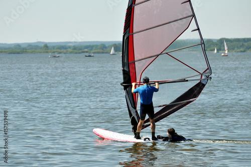 Ein Windsürfer gleiten auf dem Wasser