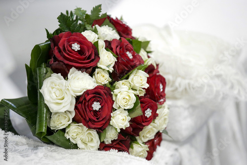 Bouquet Sposa Rose Bianche E Rosse.Bouquet Da Sposa Di Rose Rosse E Bianche Con Diadema Al Centro