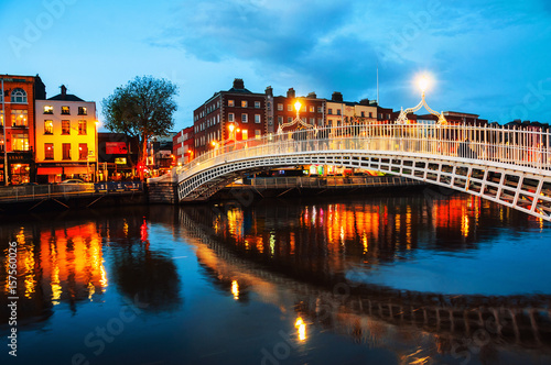 Stampe  Dublin, Ireland. Night view of famous illuminated Ha Penny Bridge