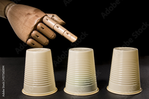 Fotografía  Hand manipulates cup in the shell game