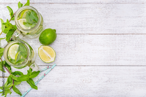 Fotografía Lime and mint detox water .
