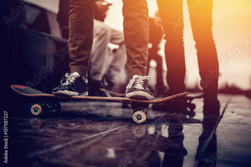 Photo  Skaters friends team outdoor in urban city with skateboards in their hands