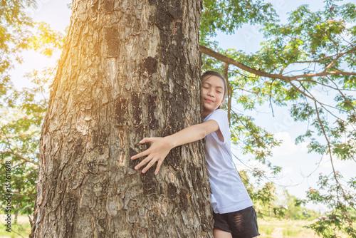 mloda-dziewczyna-przytulona-do-drzewa