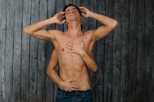 Plakat Seksowne ciało. Dwaj piękni faceci bez koszuli przytulają się. Seks i pasja. Miłość i czułość.
