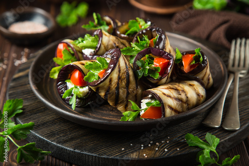 Photo  eggplant rolls with garlic feta, tomato and herbs