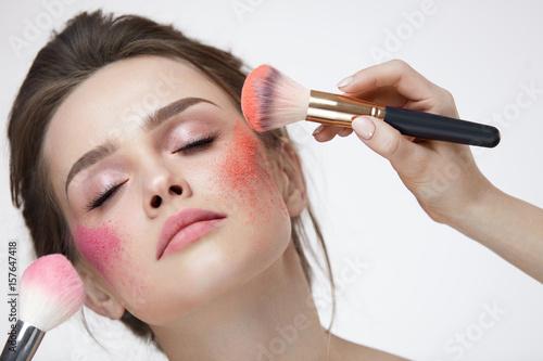 Fotografía Face Beauty Cosmetics. Beautiful Girl With Makeup Applying Blush