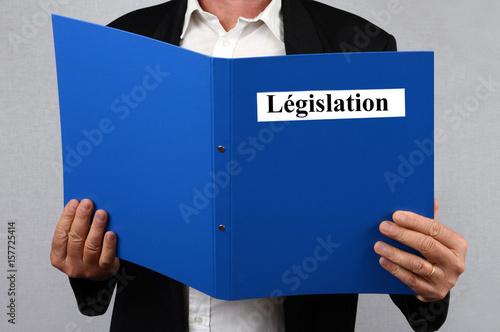 Homme lisant un dossier sur la législation Canvas Print