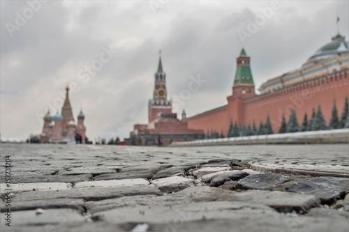 Plakat Moskwa Rosja, Maj, - 7, 2017: Nierówni kamienie na placu czerwonym w tle szary niebo. Kreml jest twierdzą, głównym społeczno-politycznym, historycznym i artystycznym kompleksem miasta